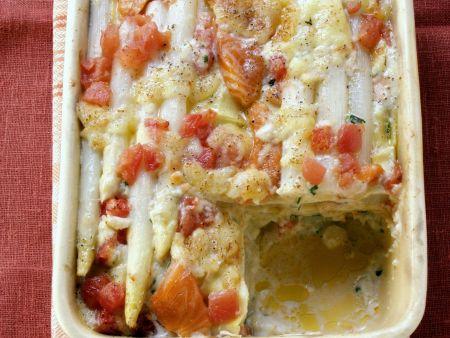 Spargelgratin mit Lachs und Tomaten