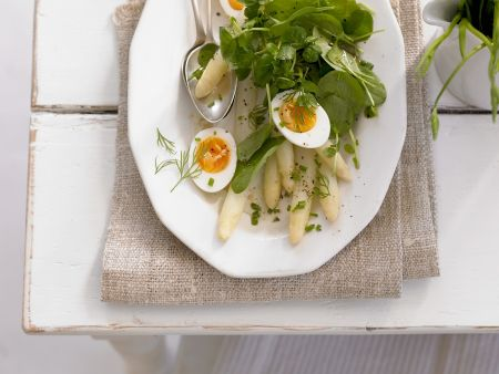 Spargelsalat mit Ei und Spinat