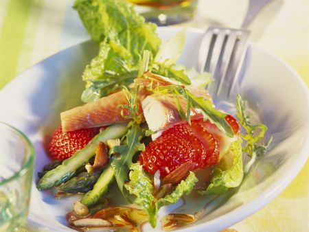 Spargelsalat mit Erdbeeren, geräucherter Forelle und Mandeln