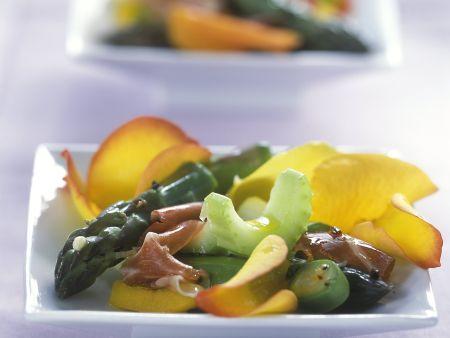 Spargelsalat mit Sellerie, Parmaschinken und Rosenblättern