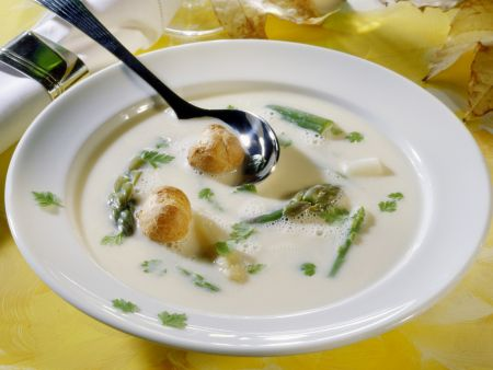 Spargelsuppe mit Windbeutel-Croutons