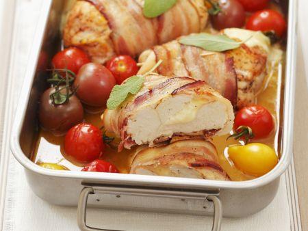 Speckhähnchen gefüllt mit Mozzarella dazu Cherrytomaten