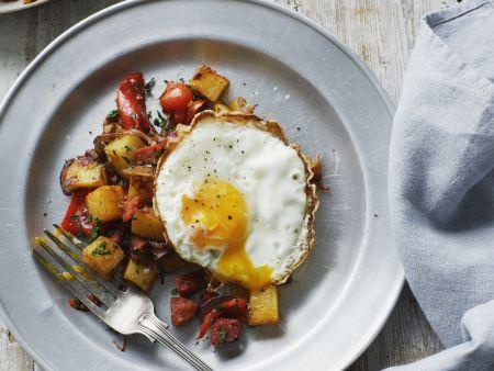 Rezept: Spiegelei mit gebratenen Kartoffeln und Würstchen