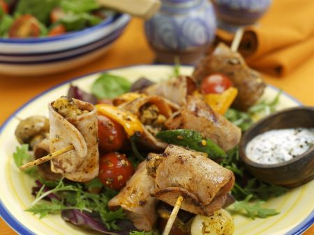 Spießchen mit Truhthahn dazu Blattsalat