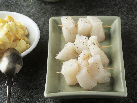 Spieße mit rohem Steinbutt dazu Gurkensalat