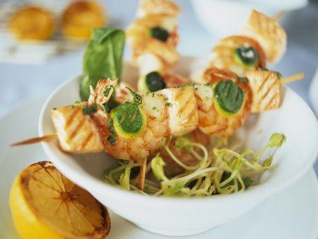 Spieße mit Shrimps, Lachs und Zucchini auf Sprossen