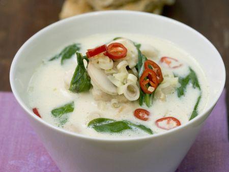 Spinat-Kokos-Suppe mit Hähnchen, Zitronengras und Chiliringen