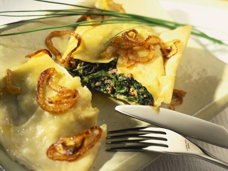 Spinat-Maultaschen mit gebratenen Zwiebeln