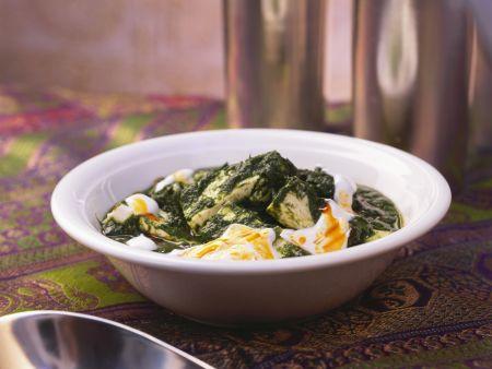 Spinat mit Paneerkäse auf indische Art