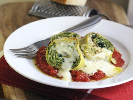 Spinat-Nudelrollen mit Tomaten-und Béchamelsoße