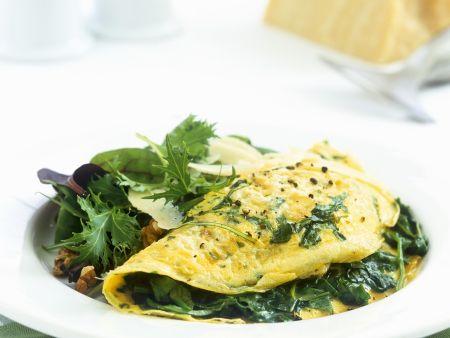 Spinat-Omelett mit grünem Salat und Parmesan