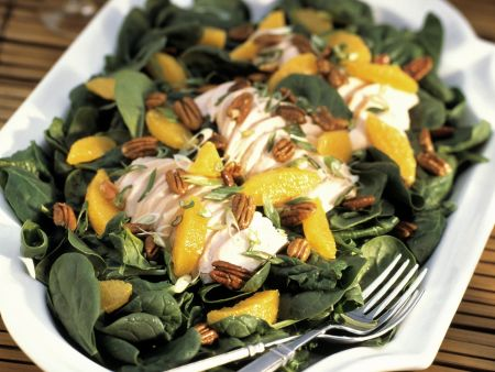 Spinatsalat mit Geflügel, Mandarinen und Pecannüssen