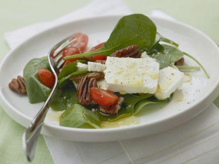 Spinatsalat mit Pecanüssen, Feta und Cherrytomaten