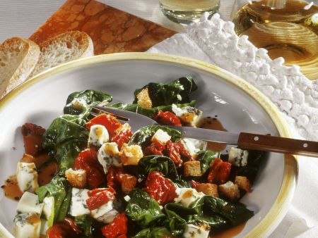 Spinatsalat mit Tomaten und Gorgonzola