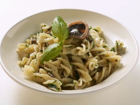 Spirelli mit Sardinen und Basilikum