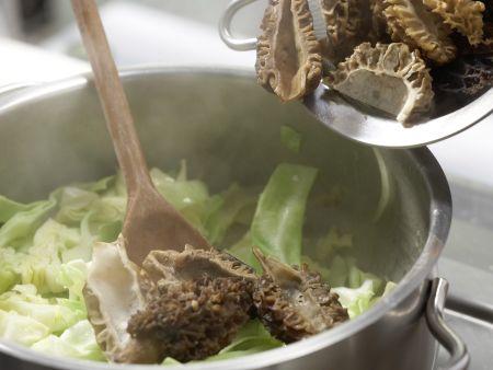 Spitzkohl-Morchel-Gemüse: Zubereitungsschritt 7