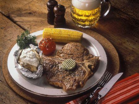 Steak mit Maiskolben, gegrillter Tomate und Ofenkartoffel