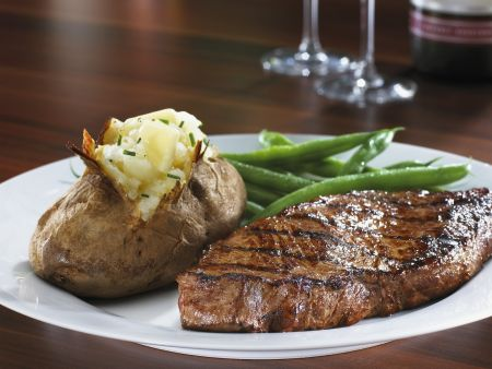 Rezept: Steak mit Ofenkartoffel und grünen Bohnen