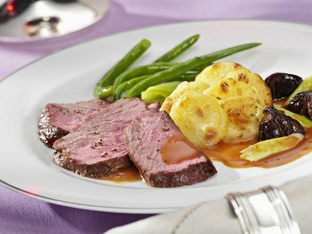 Steaks vom Rinderrücken mit Kartoffelgratin und Bohnen
