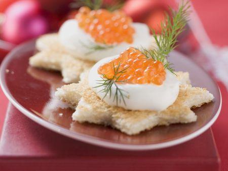 Stern-Canapes mit Schmand und Lachskaviar