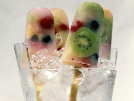 Stieleis mit Früchten