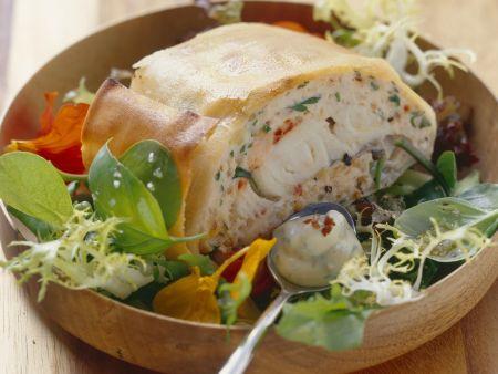 Strudel mit Fischfüllung auf Salat mit Honig-Senf-Dressing