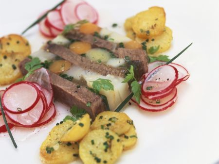 Sülze mit Tafelspitz dazu Radieschensalat und Bratkartoffeln