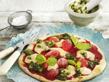 Süße Erdbeer-Pizza mit Marzipan und Pistazien-Pesto