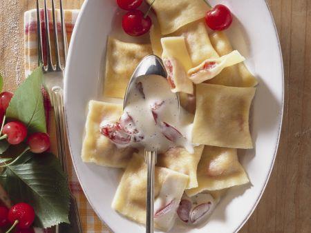 Rezept: Süße Nudeltaschen mit Weinschaumsoße