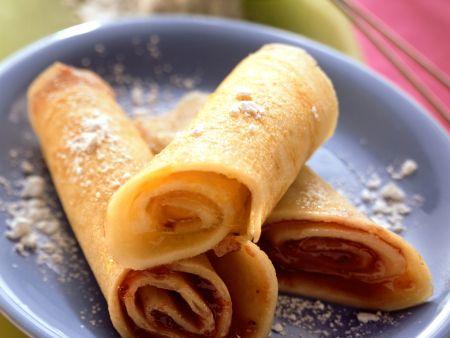 Süße Pfannkuchen mit Marmeladenfüllung und Puderzucker