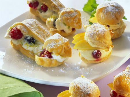 Süße Profiteroles mit Früchten