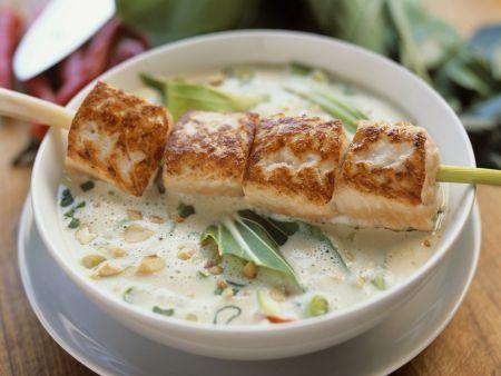 Suppe auf Thai-Art mit Lachsspieß