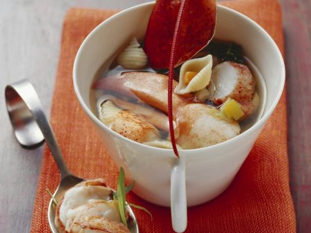 Suppe mit Hummer und Muschelnudeln