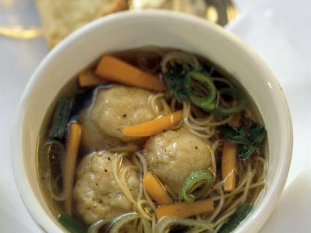 Suppe mit Matzeknödel und Gemüse