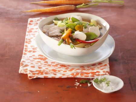 Suppe mit Nudeln und Mozzarella