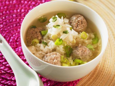 Suppe mit Reis und Hackbällchen