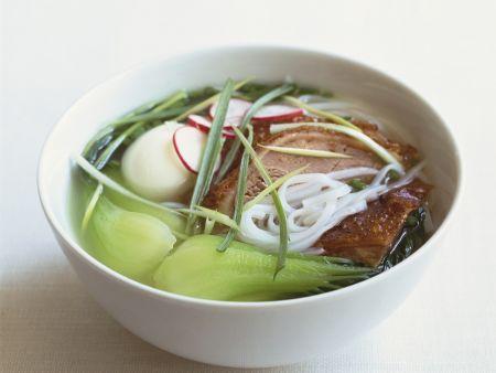 Suppe mit Reisnudeln, Pak Choy und Schwein und Ei