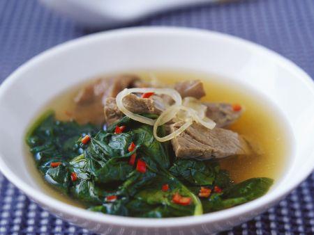 Suppe mit Rindfleisch und Spinat auf vietnamesische Art