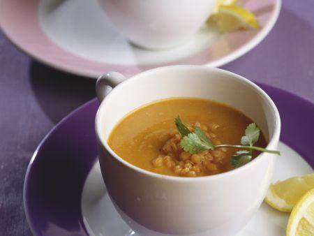 Suppe mit roten Linsen und Koriander
