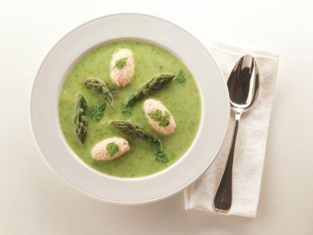Suppe von grünem Spargel mit Lachsklößchen