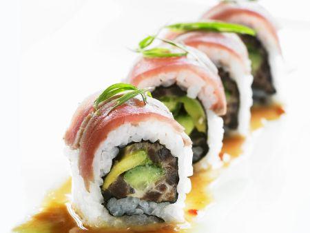 Sushi (Inside-Out-Rolls) mit Avocado und Thunfisch