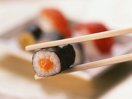 sushi mit lachs gef llt rezept eat smarter. Black Bedroom Furniture Sets. Home Design Ideas
