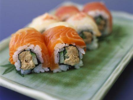 Sushiröllchen mit Lachs, Thunfisch und Gurke
