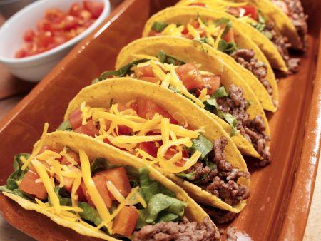 Tacos mit Rindfleisch, Käse, Tomaten und Salat