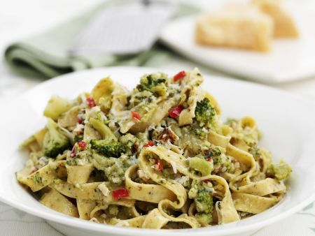 Rezept: Tagliatelle mit Brokkoli und Nüssen