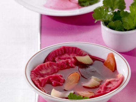 Teigtaschen mit Sauerkrautfüllung in Roter Bete Suppe
