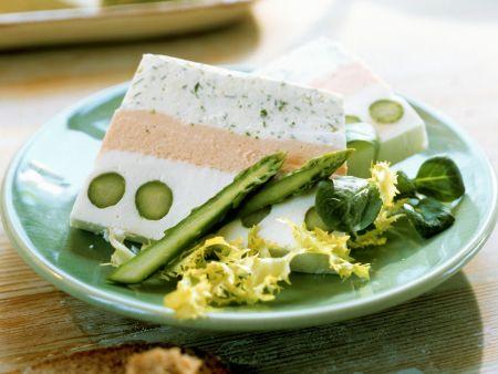 Terrine mit Spargel und grünem Salat