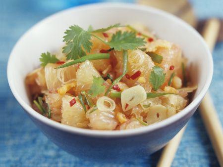 Thailändischer Pomelosalat mit Knoblauch und Chili