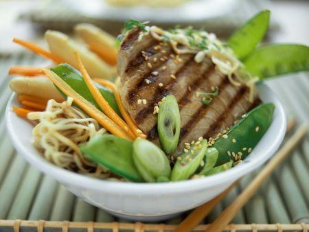 Thunfischsteak mit Sesam, Asia-Nudeln und Gemüse