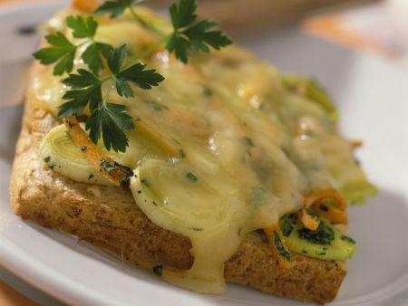 Toast mit Gemüse und Raclette-Käse
